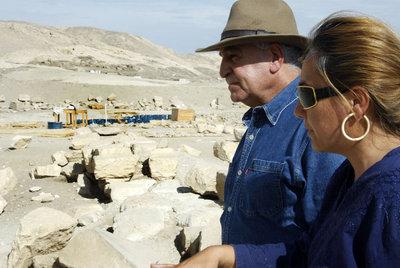 Myriam Seco conversa en Luxor con Zahi Hawass, secretario general del Consejo Superior de Antigüedades egipcio.rnInscripción de Tutmosis III.
