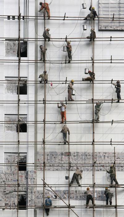 Un grupo de obreros chinos trabaja en la construcción de un edificio en Chengdu, en la provincia de Sichuan