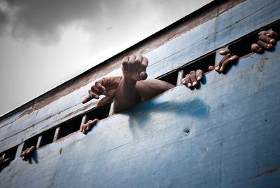 Cada mañana, docenas de prisioneros de Pademba son llevados al juzgado