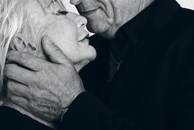 Cristina y Amadeo. No se conocían. Les invitamos a retratarse juntos. Aceptaron. Cristina Molina y Amadeo González disfrutan su sexualidad pasados los 60. Y quieren contarlo para ayudar a otros a romper barreras.