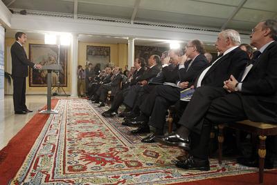 Zapatero presenta el informe económico sobre 2010 a empresarios.