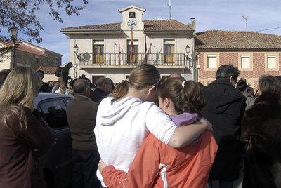 Dos compañeras del joven fallecido se abrazan durante la concentración en Torrecaballeros.