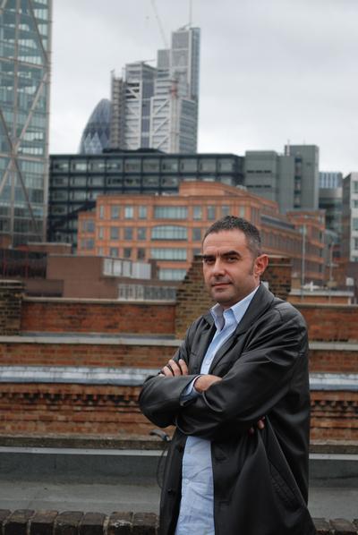 Retrato de Alejandro Zaera Polo en la azotea de su oficina en Londres.