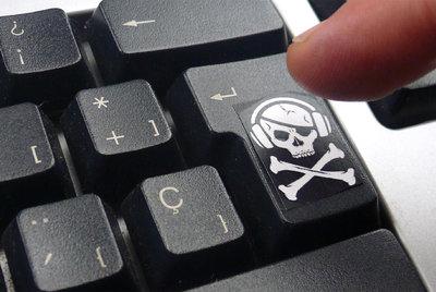 La calavera que simboliza la actividad de los piratas decora una tecla de un ordenador.