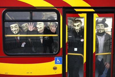 Integrantes de Anonymous acuden en autobús a una manifestación contra la iglesia de la Cienciología en abril de 2008