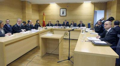 Representantes de Google (a la izquierda) y de la Abogacía del Estado (a la derecha), enfrentados ayer en la Audiencia Nacional. En el centro, el tribunal.