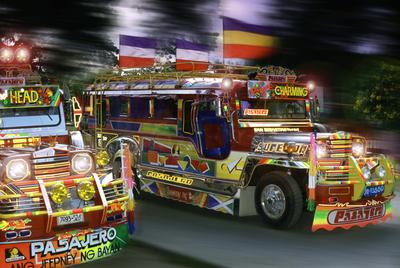 Los llamados   jeepneys,   transporte colectivo típico de Filipinas, en la ciudad de Cebú.