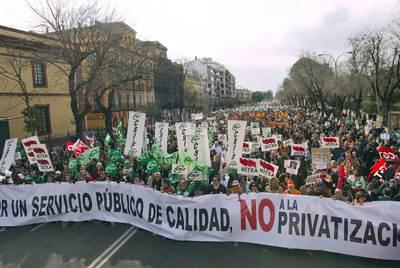 Una vista de la manifestación que ayer recorrió la ronda histórica de Sevilla en protesta por el decreto del sector público.