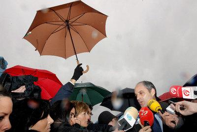 El presidente de la Generalitat, Francisco Camps, responde a los periodistas en Museros (Valencia).