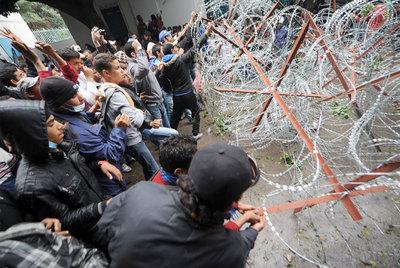 Estudiantes tunecinos rompen una alambrada colocada ante el Ministerio de Justicia en Túnez capital.