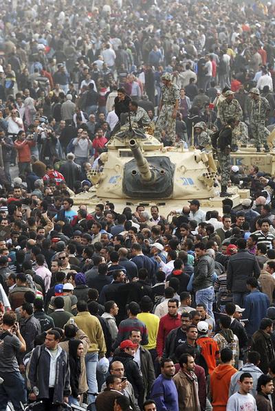 Tanques del Ejército egipcio se abren paso entre los manifestantes en el centro de El Cairo.