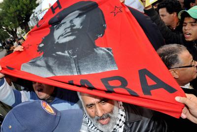 Un grupo de manifestantes muestra una foto del Che Guevara en las protestas de Tánger del domingo.