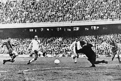 Di Stéfano logra ante Ramallets, en presencia de Segarra, Gento y Garay, uno de los goles del 3-5 del Madrid al Barcelona en la temporada 1960-61.
