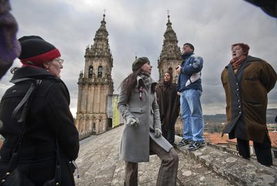 Un grupo de turistas visita las cubiertas de la catedral de Santiago