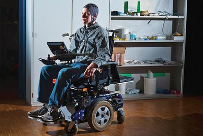 Un colaborador del profesor Millán practica para desplazar una silla de ruedas con el pensamiento.