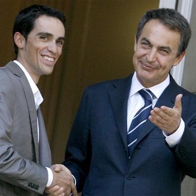 Contador y Zapatero, durante la recepción del presidente al ciclista en 2009, en La Moncloa, tras su segundo Tour.