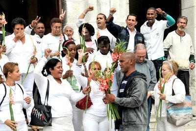 Los opositores cubanos Ángel Moya (en primer término) y Héctor Maseda (detrás, con gafas), con las Damas de Blanco, ayer en La Habana.