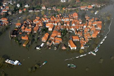 La ciudad alemana de Hitzacker, cubierta por la crecida del Elba en 2006. Las inundaciones se vinculan ahora a las emisiones.