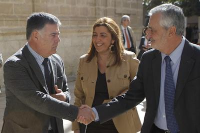 José Antonio Viera saluda al presidente de la Junta, José Antonio Griñán, en presencia de Susana Díaz.
