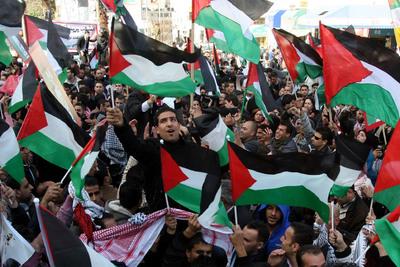 Jóvenes palestinos se manifiestan ayer en Ramala.