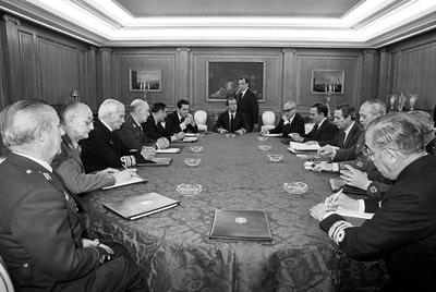El rey Juan Carlos preside la reunión de la Junta de Defensa Nacional, tras el intento de golpe de Estado del 23-F. Laína es el tercero por la derecha.