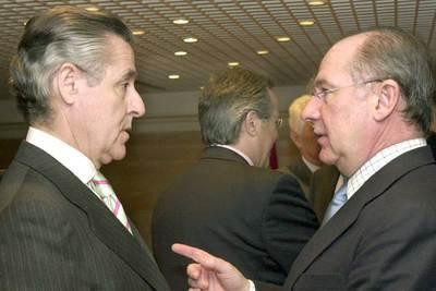 Rodrigo Rato, a la derecha, conversa con Miguel Blesa en un reciente acto informativo.