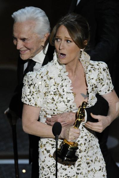 Kirk Douglas bromea en el escenario con Melissa Leo.