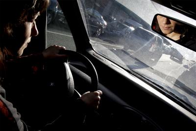 Las mujeres tienen menos accidentes al volante que los hombres, por eso los seguros las bonifican en las primas.