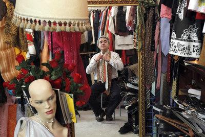 Julio Gisbert, empleado de una Caja de Ahorros y experto en economías alternativas, en la tienda de trueque Adelita.