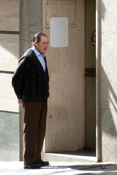 El doctor Eduardo Vela Vela pasea el 23 de febrero de 2011 por una calle de Madrid.