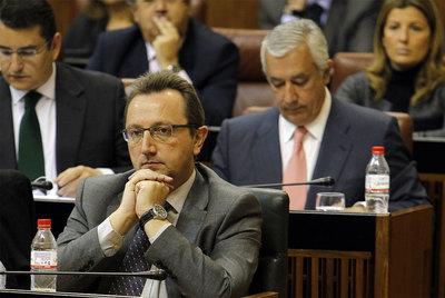 El consejero andaluz de Empleo, Manuel Recio, en el Parlamento andaluz. Detrás, Javier Arenas.