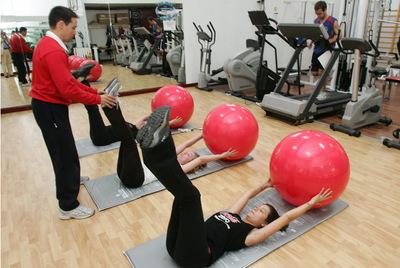 Empleados de Coca-Cola España hacen ejercicio en el gimnasio de la empresa.