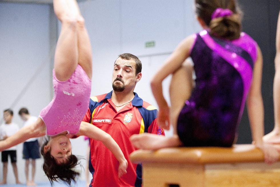 Gervasio Deferr, dando una clase en su gimnasio del barrio de La Mina.