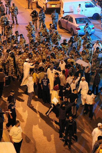 Policías reprimen a manifestantes chiíes en Awwamiya.