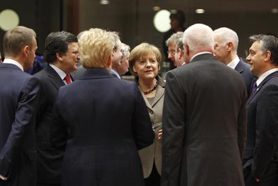 La canciller alemana, Angela Merkel, en el centro, con otros dirigentes europeos durante el Consejo celebrado ayer en Bruselas.