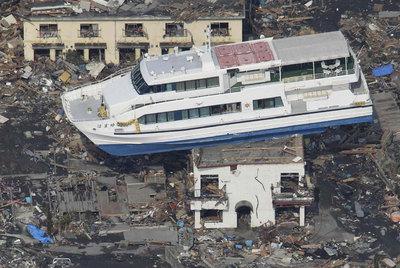 Un transbordador se balancea sobre una casa en la localidad de Otsuchi, en la prefectura de Iwate.