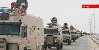 Tropas saudíes, en una columna de vehículos blindados, se dirigen a Bahréin, en una imagen de vídeo.