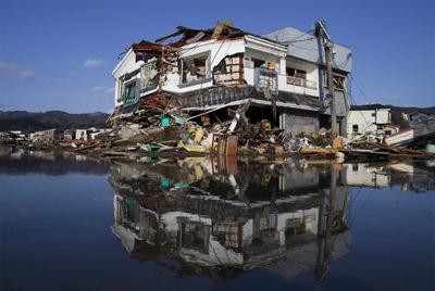 Un ciudadano contempla la devastación causada por el terremoto y el tsunami desde las ruinas de su casa, en Kesennuma.