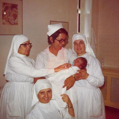 El recién nacido Randy, rodeado de monjas en el sanatorio San Ramón de Málaga, en junio de 1971.