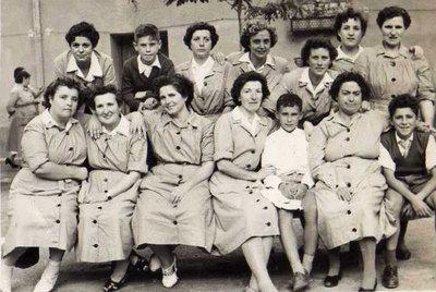 La comunista ourensana Carmen Fernández Seguín (primera por la derecha, fila superior) en la prisión de Alcalá, donde pasó 13 años durante el franquismo.