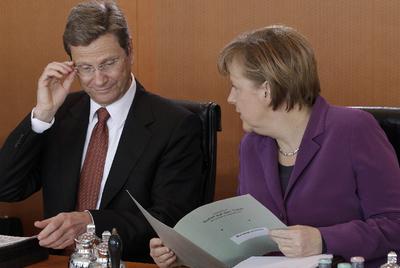 La canciller Merkel y el titular de Exteriores, Guido Westerwelle, ayer en Berlín.