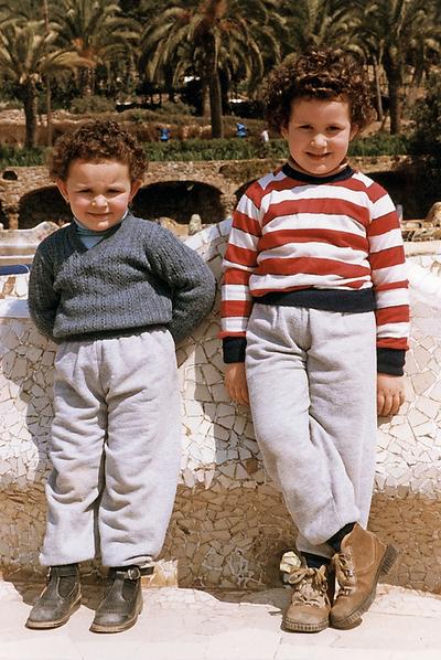 Cristina (a la derecha) con su hermana, Patricia, en el Parque Güell (Barcelona), en 1989