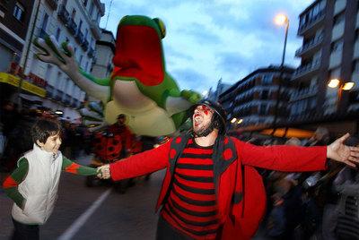 Un pasacalles para celebrar la Noche de los Teatros recorre la calle de Fuencarral.