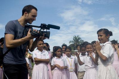 Xavi Menós, durante el rodaje del  Waka Waka  de Shakira con niños en Colombia.