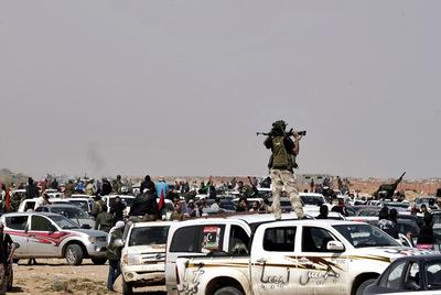 Combatientes rebeldes reunidos cerca de Nofilia, a unos 100 kilómetros al este de Sirte.