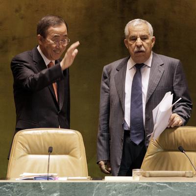 Ali Abdusalam Treki (derecha), con Ban Ki-moon en la ONU; abajo, Abu Zayd Durda.