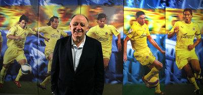 El vicepresidente, José Manuel Llaneza, posa delante de las fotos de varios canteranos que llegaron al primer equipo.
