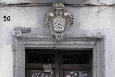 Cruz de la Orden de Malta colocada a la entrada del inmueble.