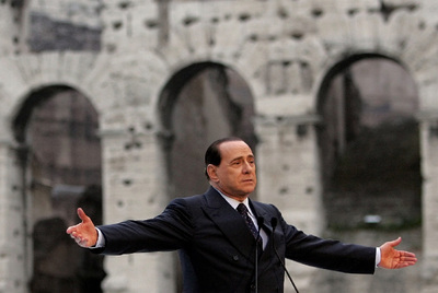 Silvio Berlusconi se dirige a sus seguidores en un mitin celebrado en el Coliseo en abril de 2008.