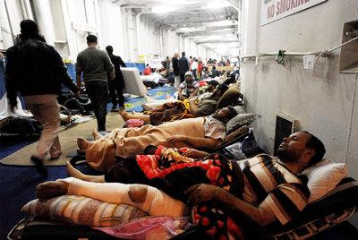 Varios heridos en el frente de Misrata reposan a bordo del barco turco  Ankara  en el puerto de Bengasi.
